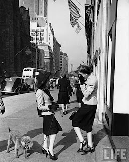 Two women chatting on Fifth Avenue 1942 - Photo Alfred Eisenstaedt