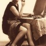 1920s-flapper-makes-up