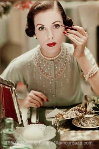 1950s-model-applies-eye-makeup