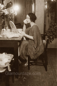 Anna-Pavlova---makeup-mirror--1915--Library-of-Congress