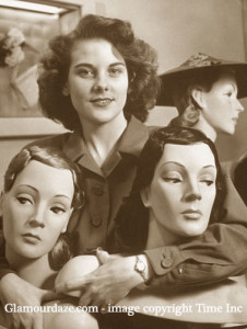 Neiman-Marcus---1945---sales-woman-with-mannaquin-heads