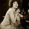 madge-bellamy-applies-lipstick-in-the-1920s