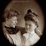 Women show the latest pompadour hairstyles -1909