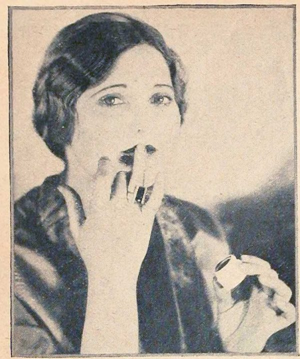 How to apply lip rouge in the 1920's
