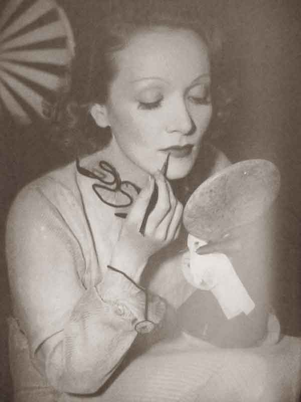 1930-Beauty-Shop---Rouging-the-Lips---marlene-deitrich