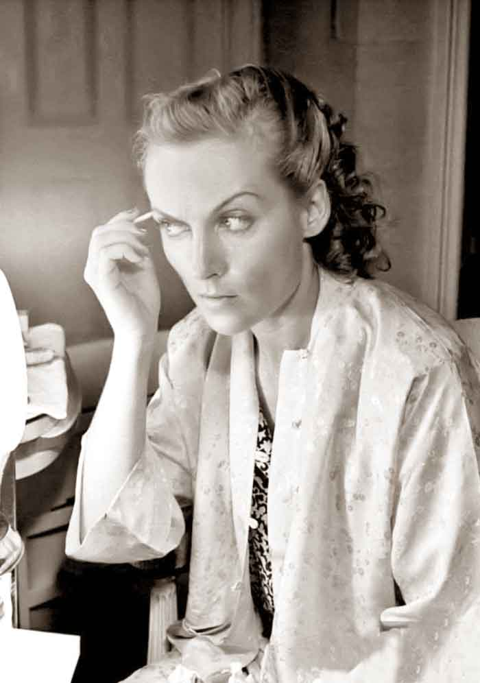 1930s-Beauty-Shop---Carole-Lombard-does-her-makeup---eyebrow-pencil
