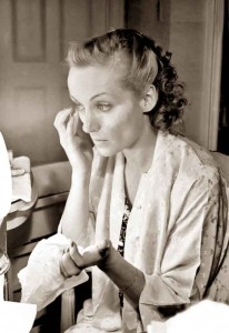 1930s-Beauty-Shop---Carole-Lombard-does-her-makeup---mascara