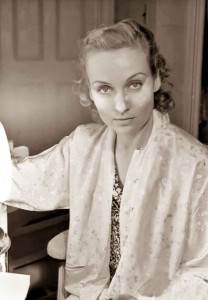 1930s-Beauty-Shop---Carole-Lombard-does-her-makeup---powder