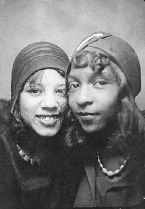 Vintage-Photobooth---Women's-Selfies-from-1900s-to-1960