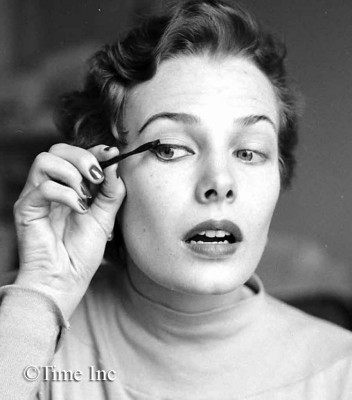 --1950 French doe-eyed makeup look-mascara