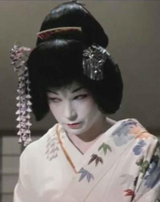 Shirley-Maclaine-becomes-a-Geisha
