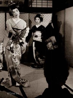 Walk-like-a-Geisha---Shirley-maclaine
