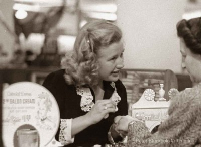 1940s-Beauty---Priscilla-Lane-sells-cosmetics-for-a-day