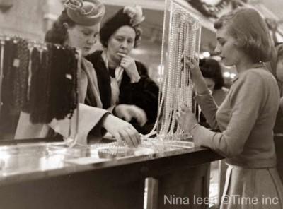 Christmas-1948---Macys-New-York---jewellery-counter