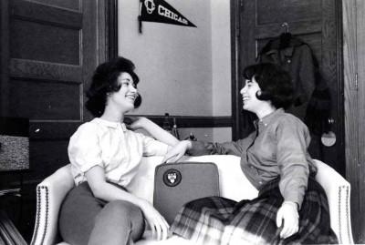 1950s-Students-Laugh-on-Sofa---Vassar