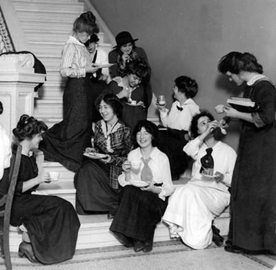 Barnard-College-girls-1911