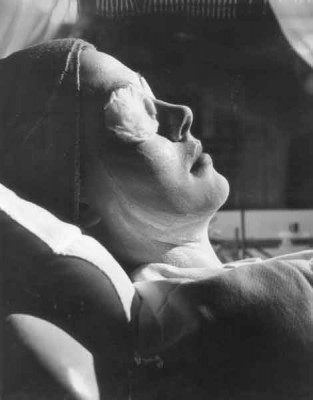 3-Trip-a-Beauty-Salon-in-1950---mask