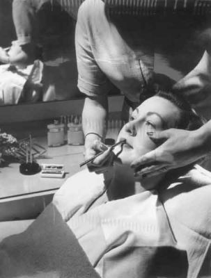 4-Trip-a-Beauty-Salon-in-1950---make-up