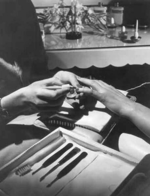 5-Trip-a-Beauty-Salon-in-1950---The-manicure