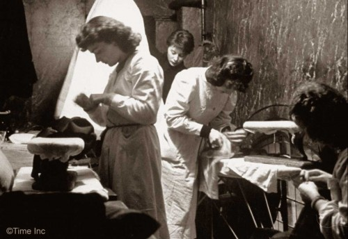 First Givenchy Collection 1952 - Ironing in the bathroom - NR-Farbman-Life-Magazine