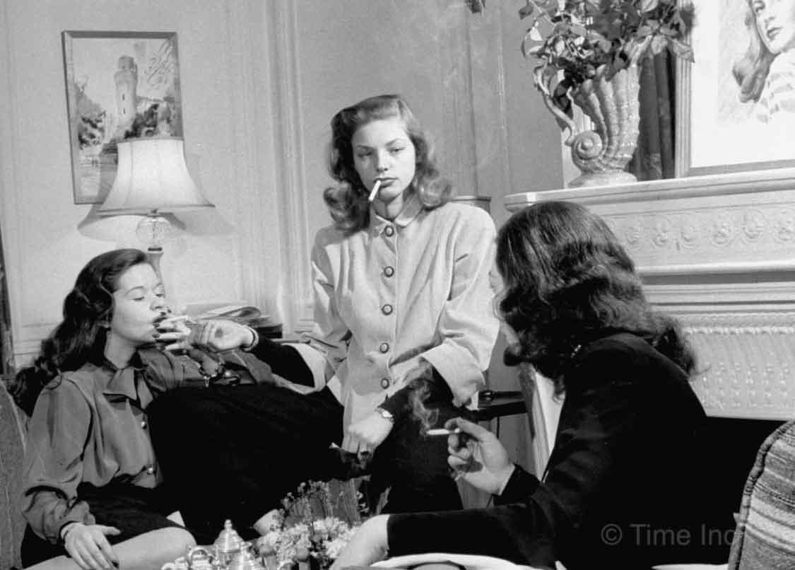 Lauren-Bacall shares a smoke with friends—1945—Nina-Leen