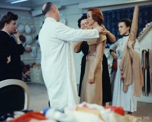Inside-Christian-Diors-Salon-in-1957e