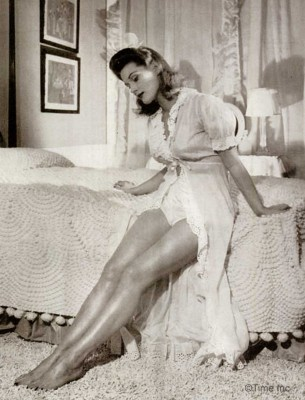 1940s-Wartime-Fashion---Bare-Leg-Makeup