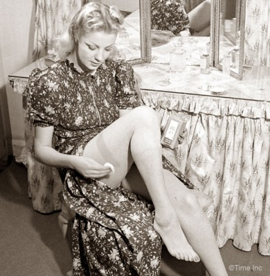 1940s-Wartime-Fashion---Liquid-stockings4