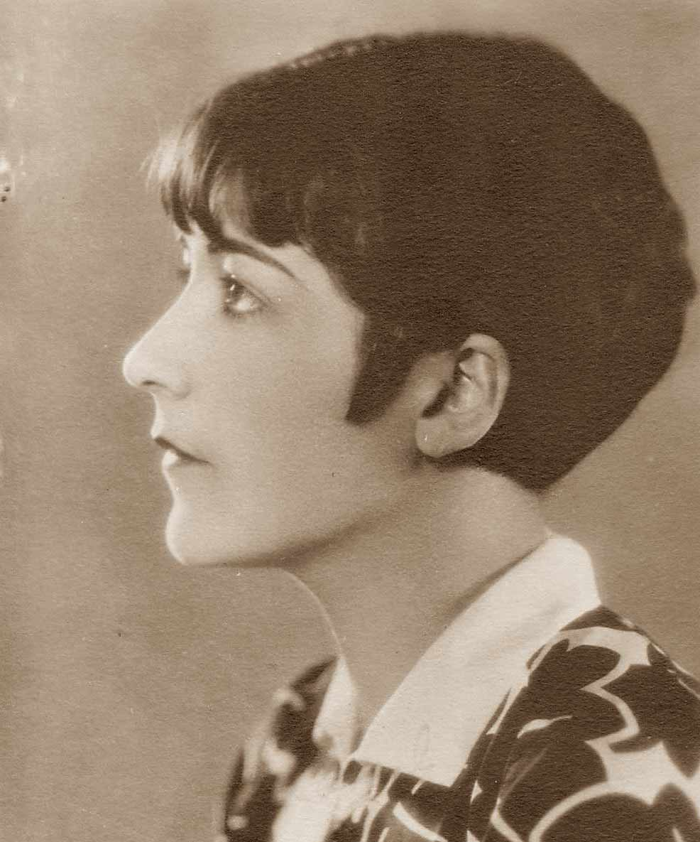 bobbed hair of 1920s in america Learn the history of 1920s hairstyles starting with faux bobbed long hair, curly boobed hair, cropped bob hair and the shingle cut.