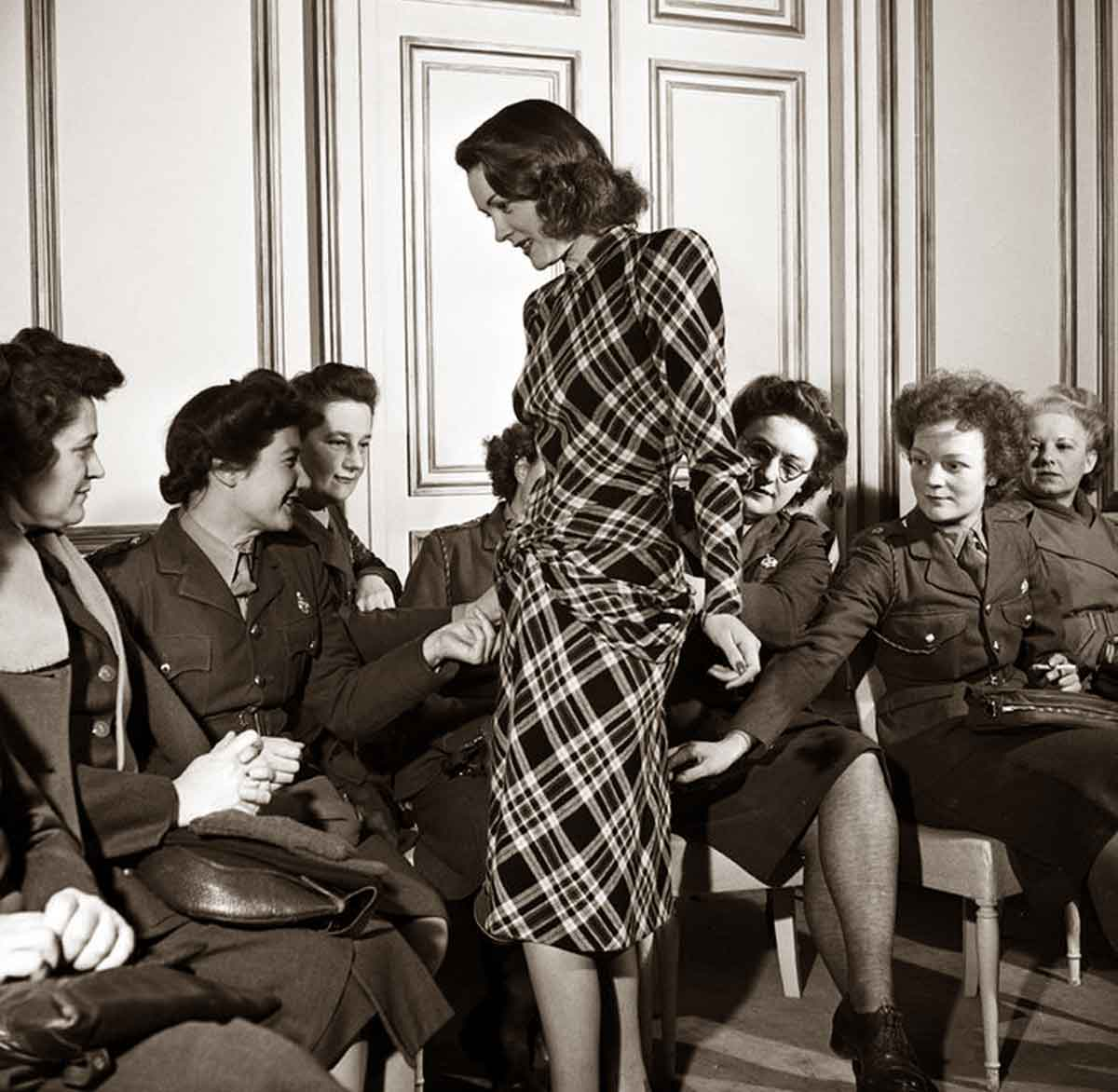 Lee-Miller---Paris-Fashion-show-in-1944