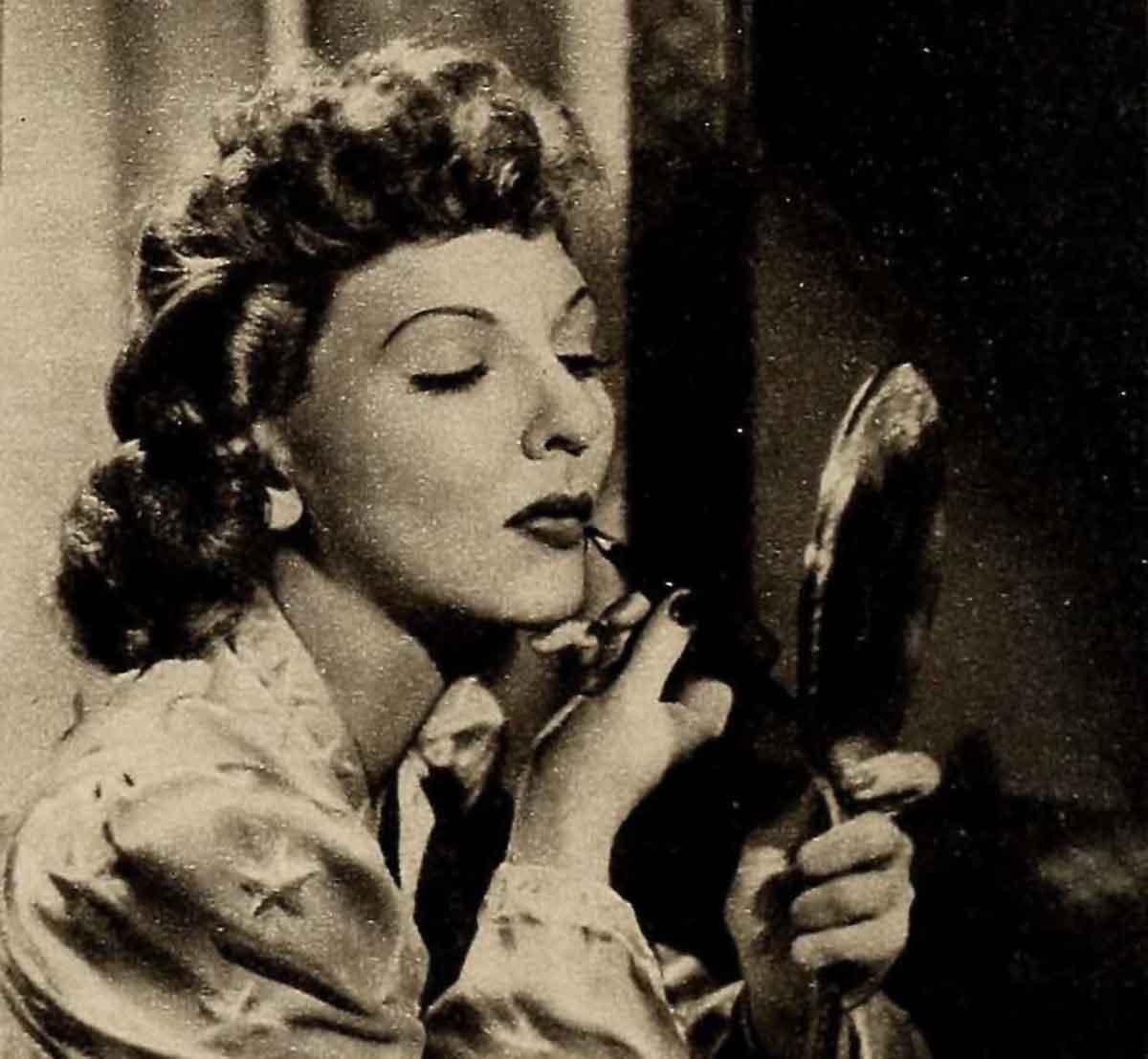 1940s-lipstick-tutorial-with-Mary-Martin
