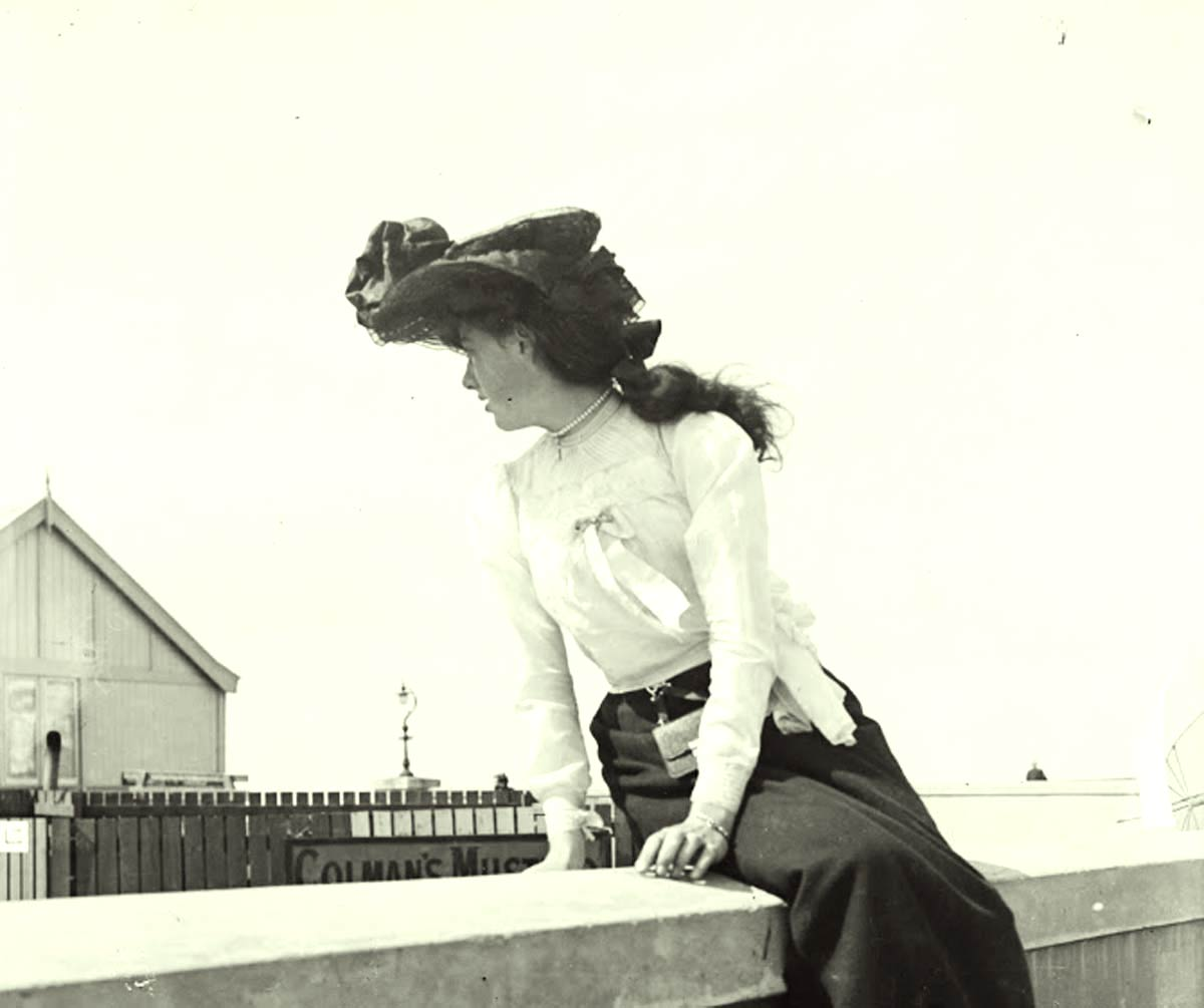 Girl-on-a-wall---Dublin-1904