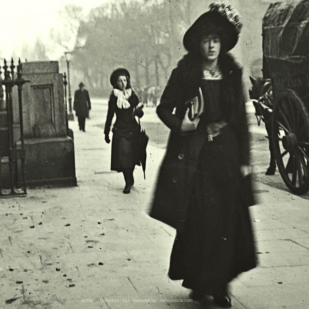 Walking-past-St-Vincents-Hospital---Dublin-1904d