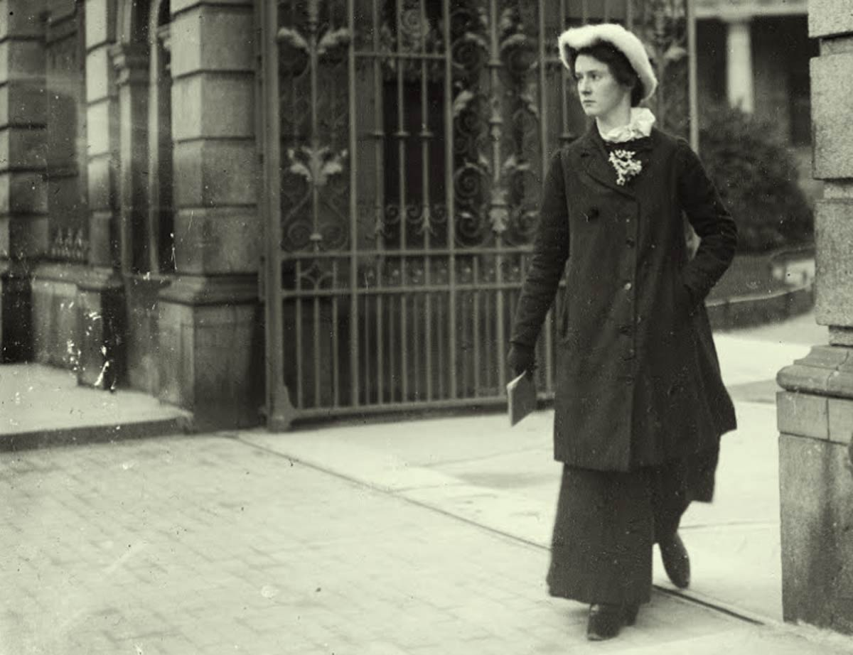 woman-at-gates-of-Leinster-House-1900 to 1904