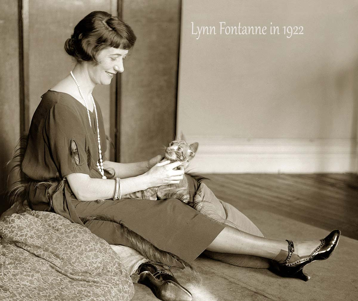 Lynn Fontanne wearing short skirt in 1922