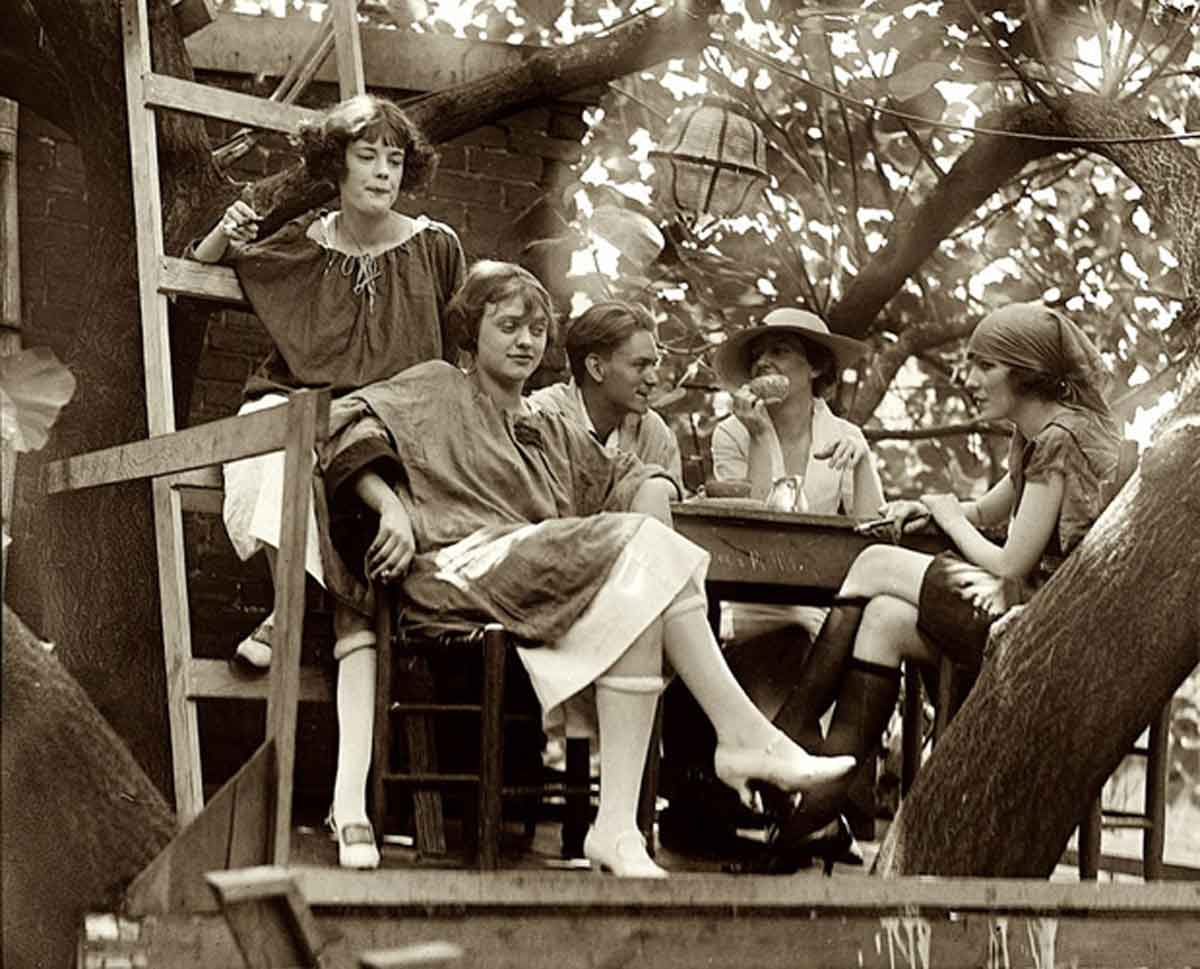 Rolled-Stockings---1920s-flapper-style---1922