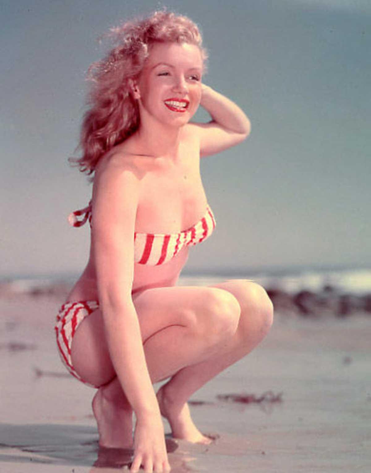 Marilyn-Munroe-models-a-French-Bikini-in-1947