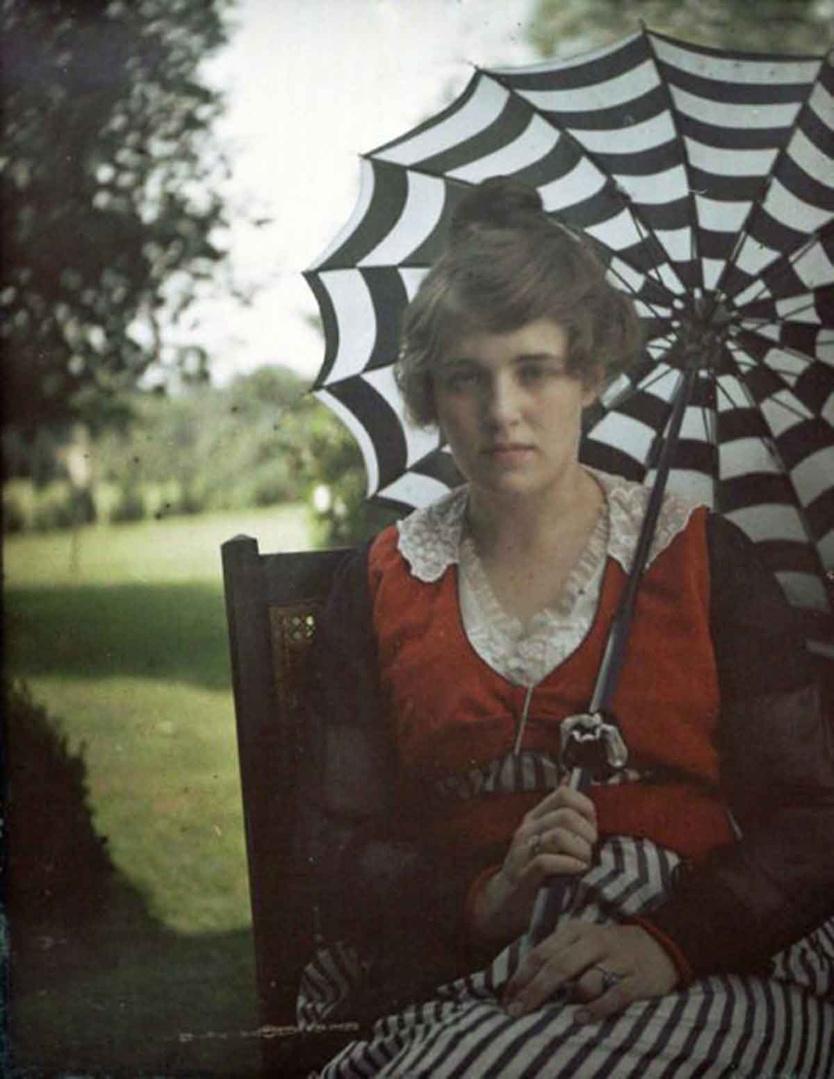 Alfred-Stieglitz's-autochrome-photo-of-his-niece-Flora-Stieglitz-Straus-with-parasol,-ca-1915