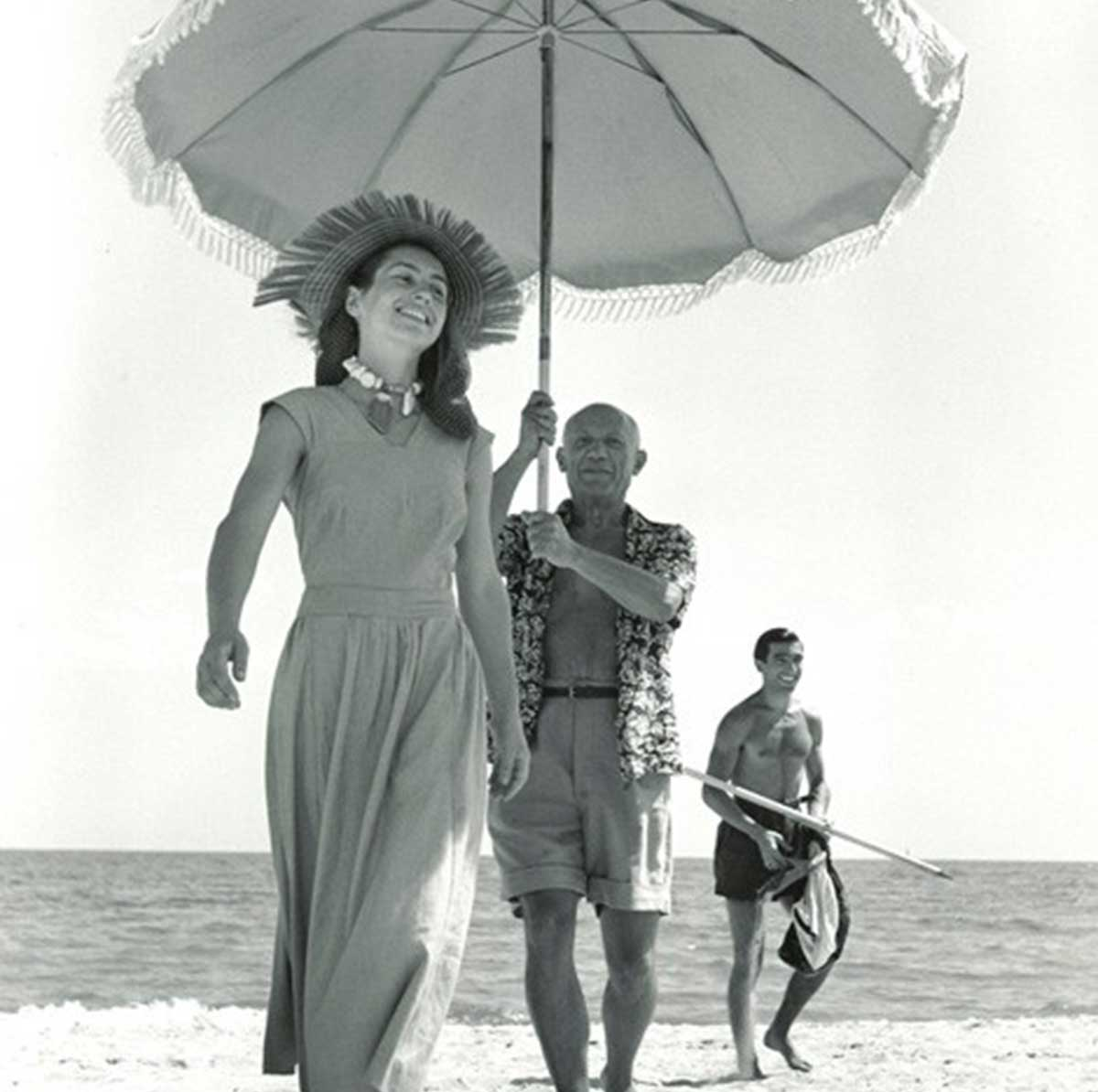 Pablo-Picasso-and--Francoise-Gilot,-Golfe-Juan,-France,-August-1948 - Robert capa