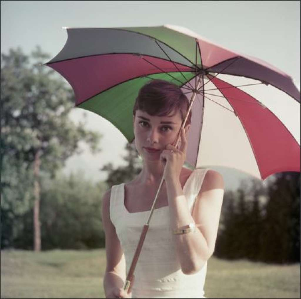 audrey hepburn with umbrella2