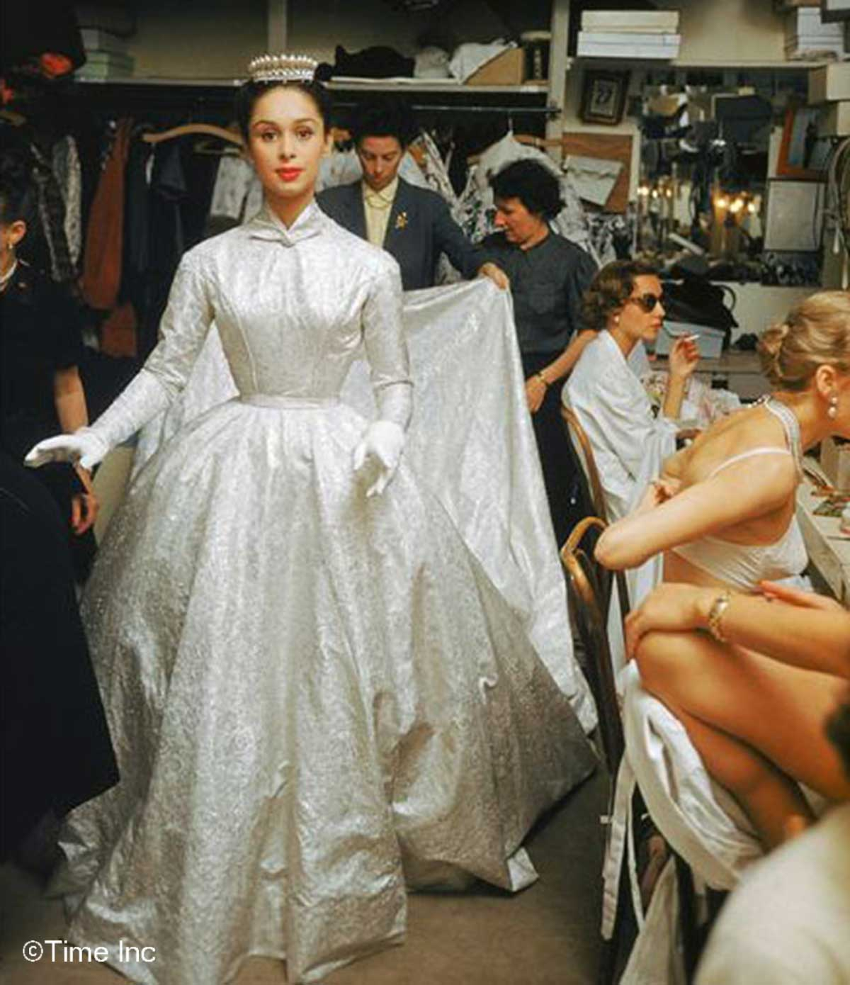 Backstage-at-a-Pierre-Balmain-show-1954