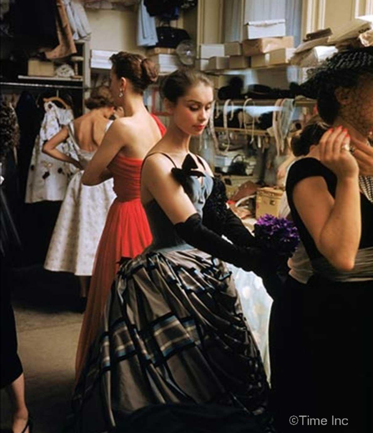 Balmain-1954--Backstage-Photos-of-1954-Paris-Fall-Collection---Mark-Shaw2