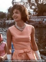 Jackie-kennedy-in-Cassini-frock-and-necklace-India-1962