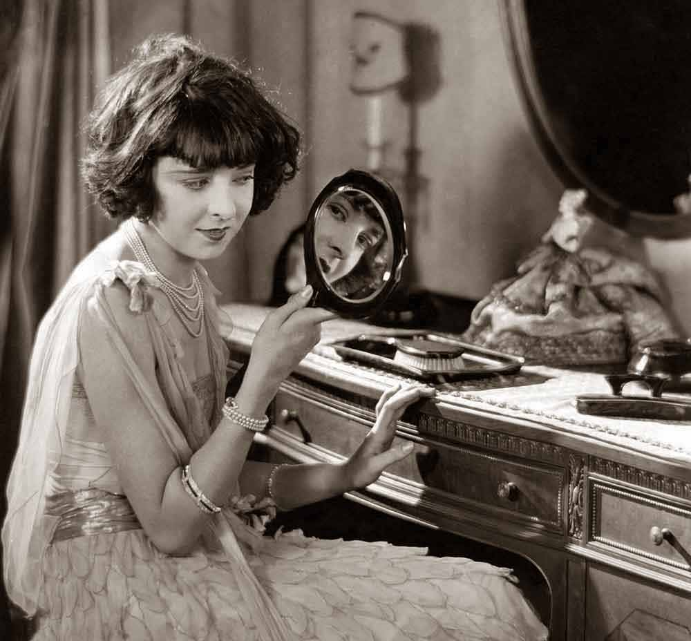 Colleen-Moore-at-her-vanity-table-1926