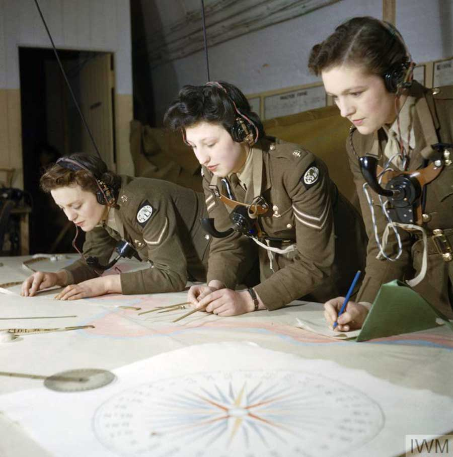 Auxiliary-Territorial-Service-plotters-at-work