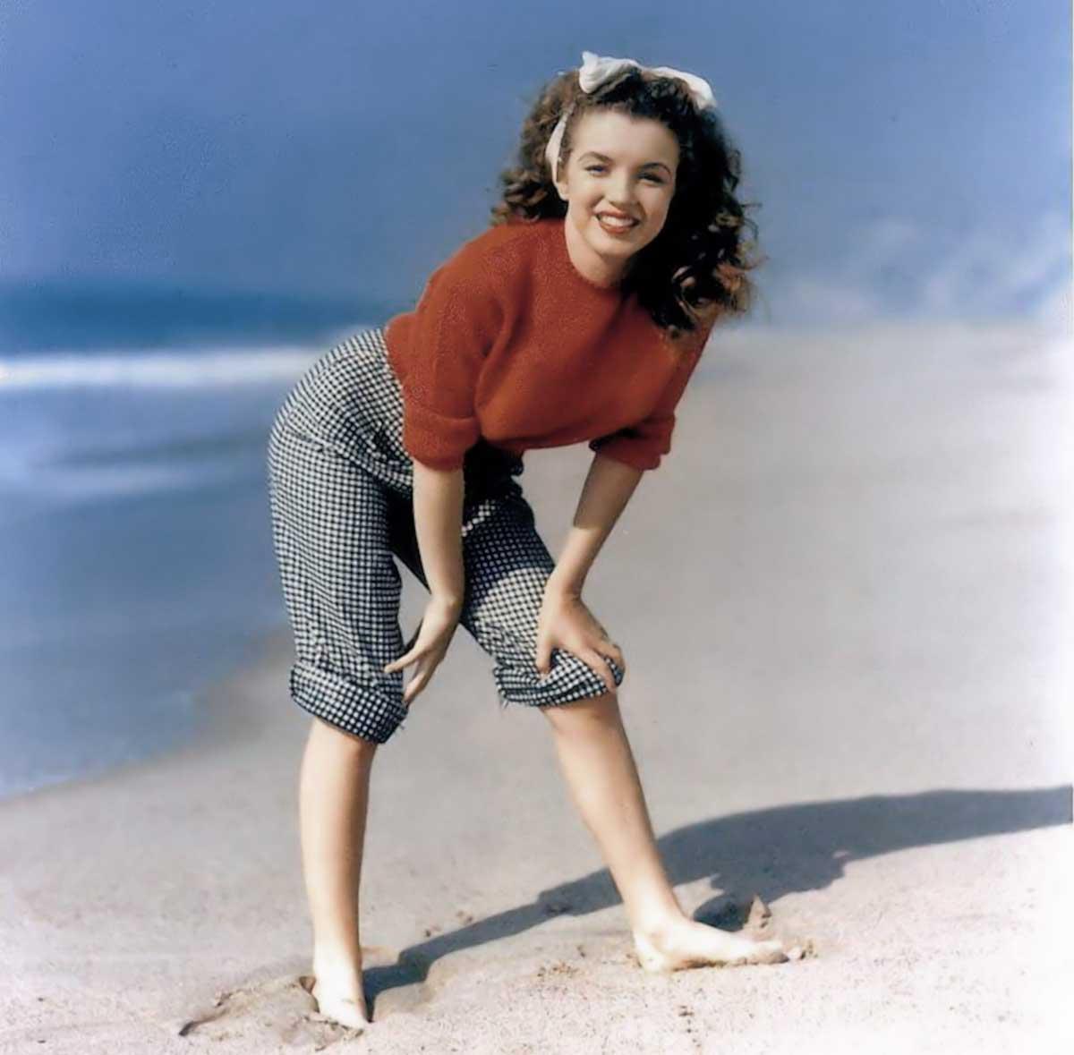 Marilyn-Monroe-sweater-girl-1945