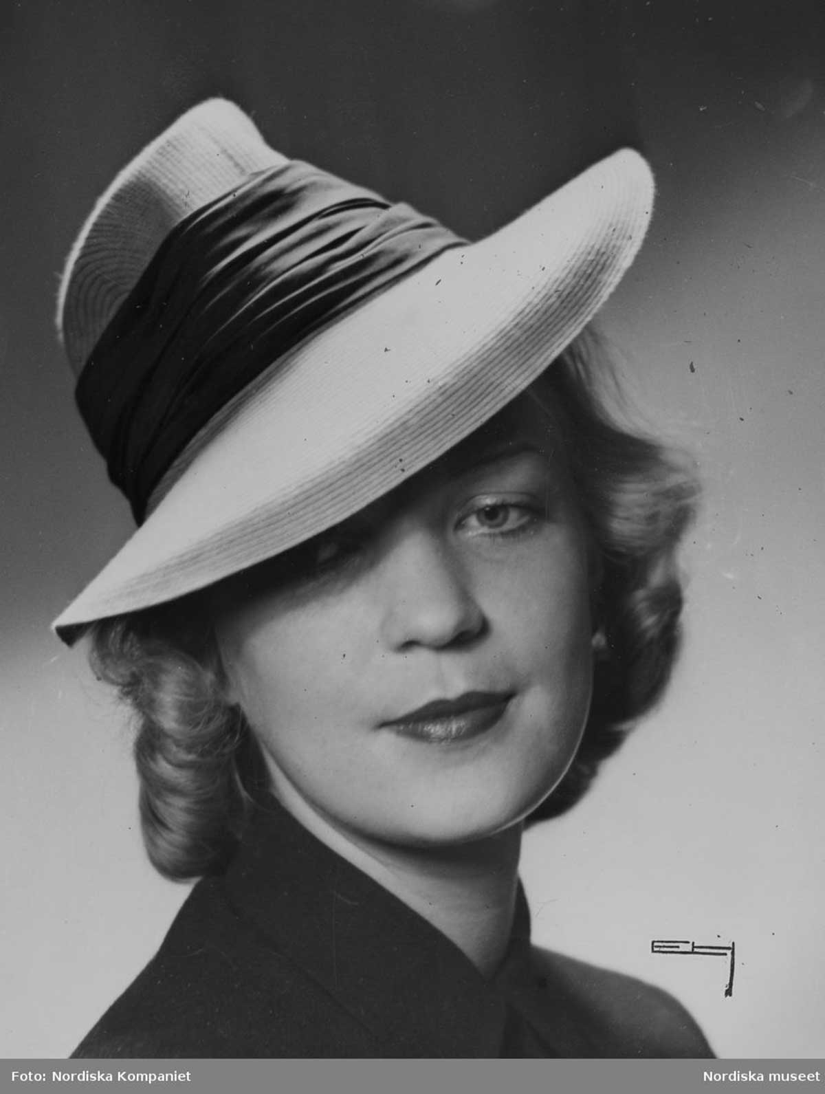 Model-in-hat-with-hill-and-flat,-wide-hat-1940
