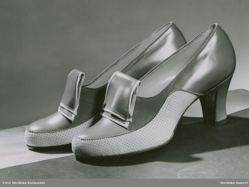 Summer walking shoes - Two-color shoes with smooth, perforated decor and heel 1941