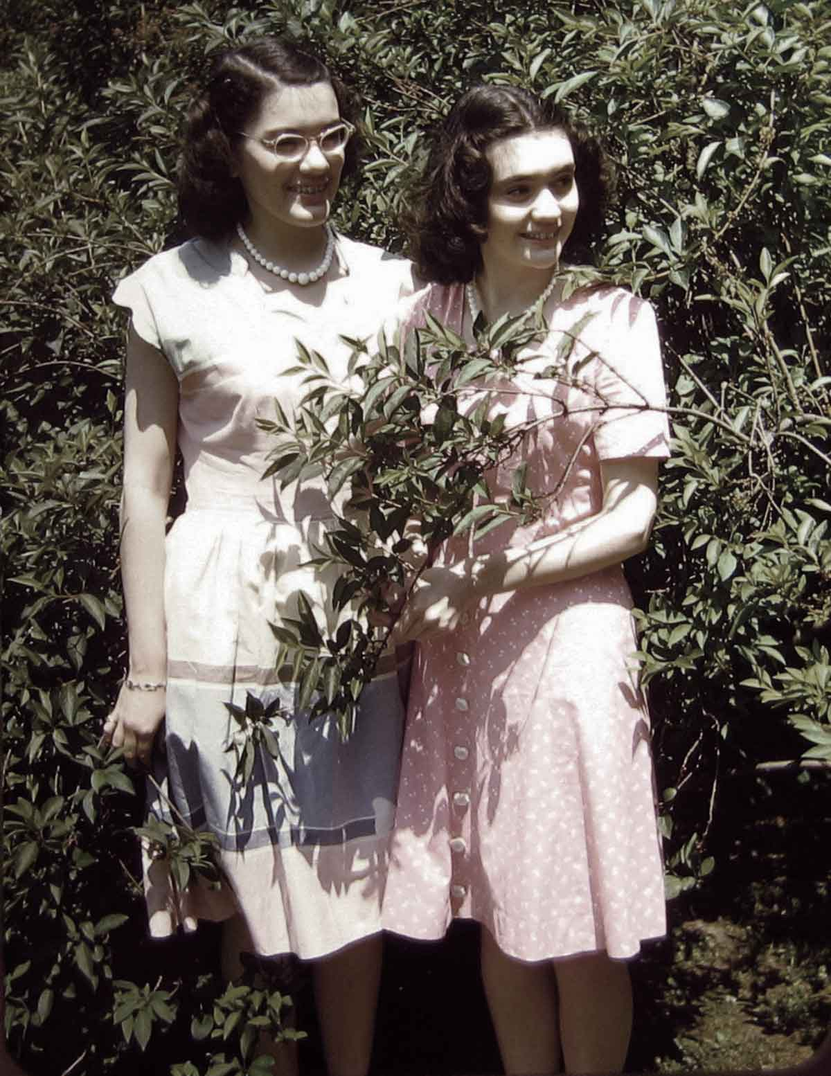 found photos of women in the 1940s - Kodachtome